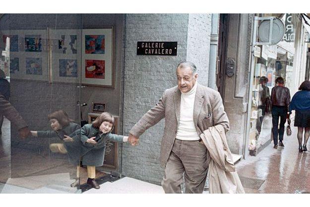 L'artiste et sa petite-flle Marie Victoire sortant de la galerie Cavalero, à Cannes, en 1968.