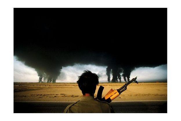 L'incendie des puits de pétrole, Abadan, Iran, 1980.