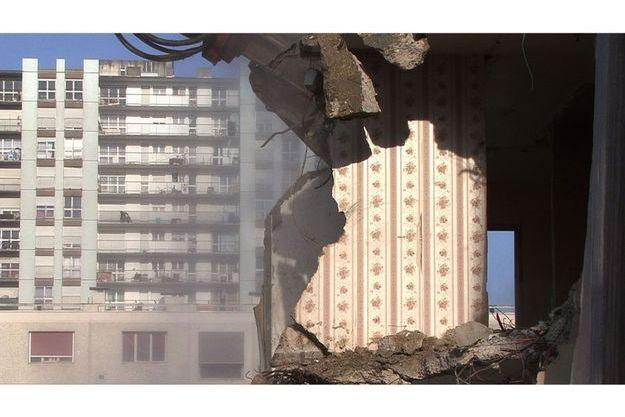 """Image extraite de la vidéo de Mounir Fatmi : """"Le dernier arrivé est étranger"""" 1999-2016."""