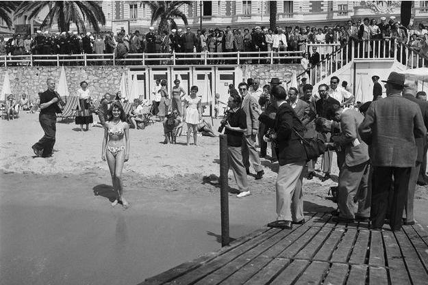 Brigitte, 18 ans, sur la plage du Carlton. Elle a tourné cinq films. Vadim, son mari, est devenu journaliste à Paris Match… pour avoir l'autorisation de l'épouser.