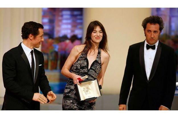Les comédiens Paolo Sorrentino (à dr.) et Stefano Accorsi félicitent Charlotte Gainsbourg pour son trophée.