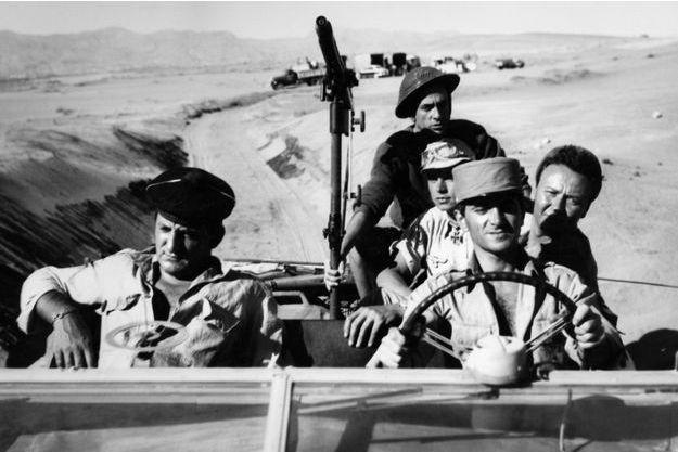 Lino Ventura, German Cobos, Hardy Kruger, Charles Aznavour et Maurice Biraud dans «Un taxi pour Tobrouk».