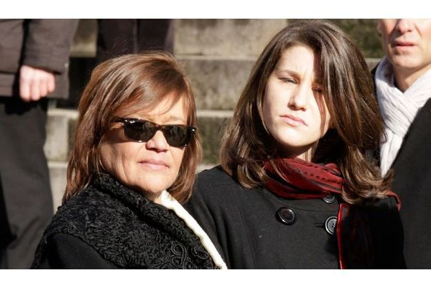 Giulia Salvatori (à g.) et sa fille Lola Vogel aux funérailles d'Annie Girardot à Paris le 4 mars 2011