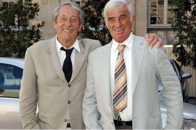 Jean Rochefort et Jean-Paul Belmondo, lors de la remise au premier de la médaille de l'ordre du mérite en 2004.