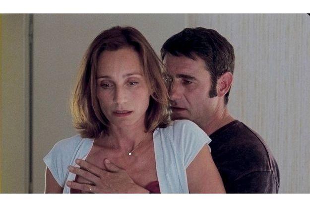 Dans « Partir », Kristin Scott Thomas incarne une femme prise entre  deux hommes, son mari, Yvan Attal, et ici, son amant, Sergi Lopez.
