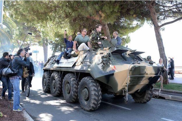"""Le casting de """"The Expendables 3"""" ont pris... un tank pour se promener sur la Croisette."""