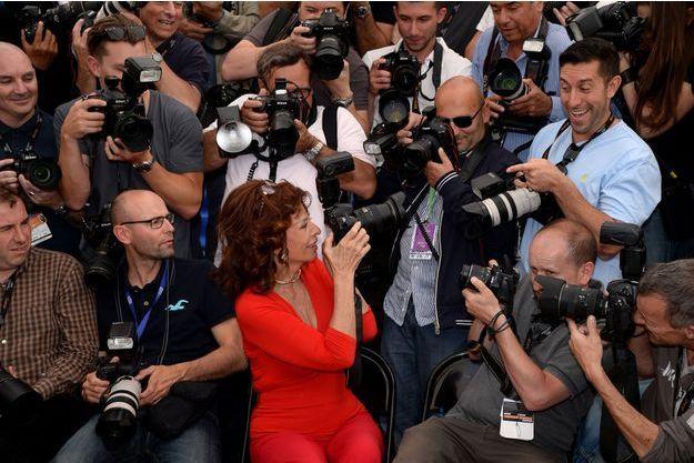 La star italienne Sophia Loren joue avec les photographes lors du photocall, mercredi, à Cannes.