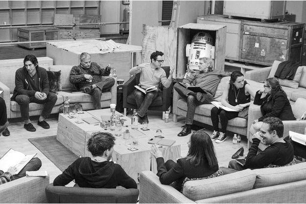 """Une photo diffusée par LucasFilm en avril dernier, avec les principaux acteurs du futur """"Star Wars"""" autour du réalisateur J.J. Abrams."""