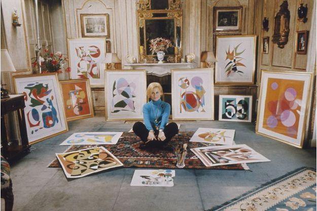 Michèle Morgan parmi certains de ses tableaux.