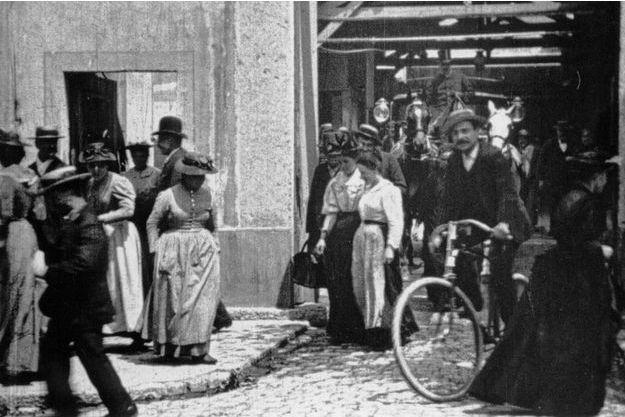 """Une image de """"Sortie d'usine"""", l'un des courts des frères Lumière, les inventeurs du cinéma."""
