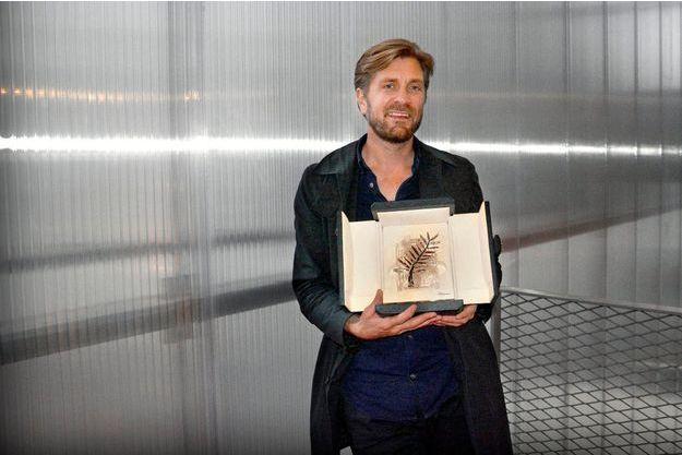 """Ruben Ostlund a amené la Palme d'or avec lui pour la promotion de """"The Square""""."""