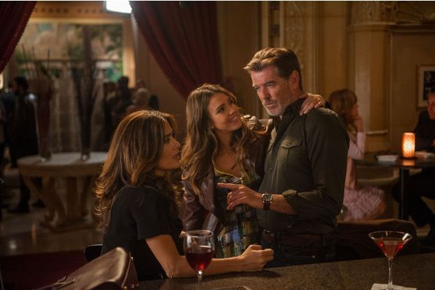 "Salma Hayek, Jessica Alba et Pierce Brosnan forment un triangle amoureux dans ""Teach me love""."