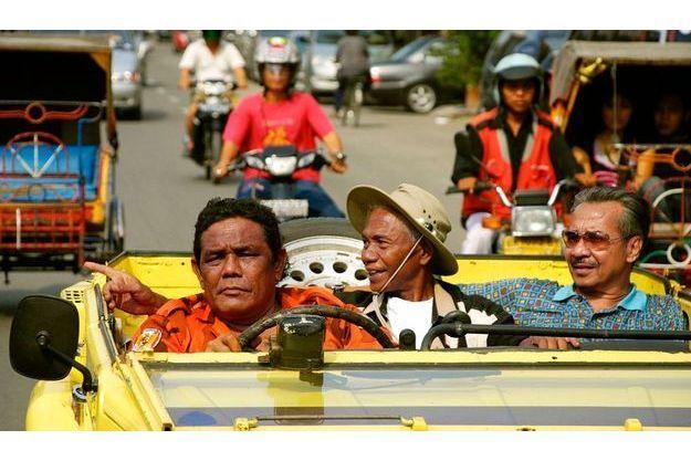En Indonésie, les auteurs du génocide se déplacent en décapotable et en toute impunité.