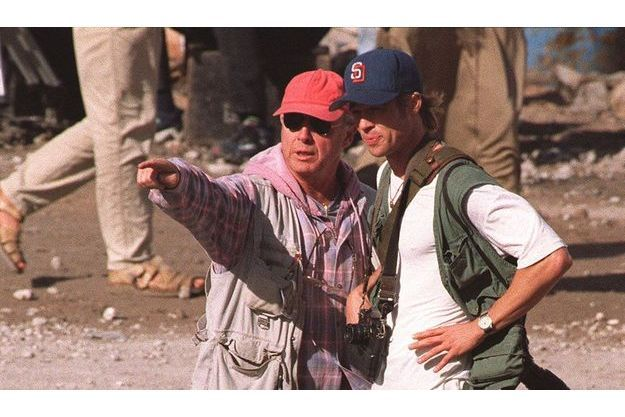 Tony Scott aux côtés de Brad Pitt sur le tournage de «Spy Game», en 2000.