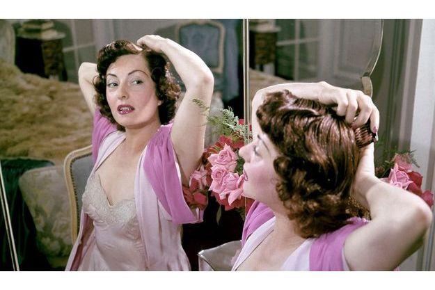 Dans sa chambre, devant sa coiffeuse tout en miroir, au deuxième étage de son hôtel particulier où la grande vedette a reçu Paris Match en exclusivité et en toute intimité.