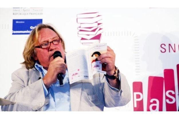Gérard Depardieu faisant la lecture de «Cyrano de Bergerac» d'Edmond Rostand, ce matin à la gare Montparnasse.