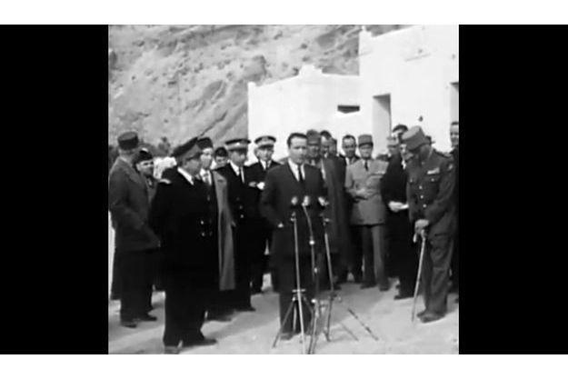 Fin 1954,  au début de la guerre d'Algérie, François Mitterrand, alors ministre de l'Intérieur visite les Aurès.