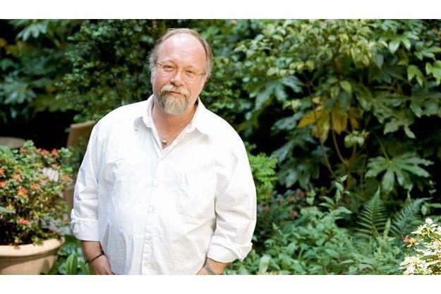 Avant de devenir romancier, il a exercé plusieurs métiers : vendeur, charpentier, journaliste, libraire  et producteur.