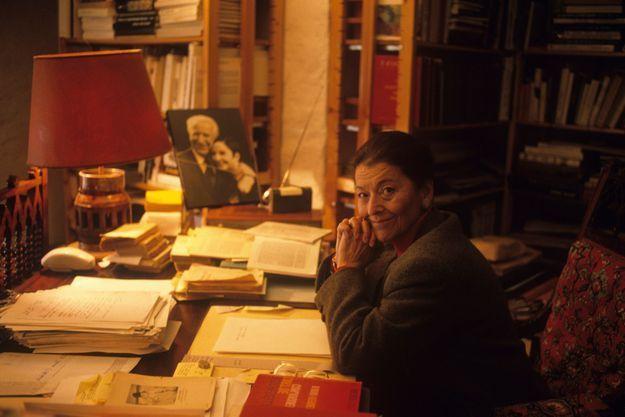 Dans sa villa, près d'Aix-en-Provence : des centaines de livres et une photo de Gaston Deferre avec Zizi Jeanmaire, qu'ils adoraient. Edmonde avait écrit des arguments de ballet pour Roland Petit.