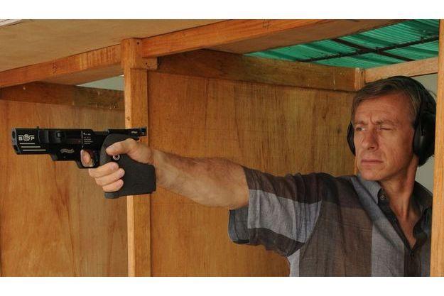 Jean-Christophe Rufin s'entraîne, ici avec un pistolet automatique Walther SSP 22, au club de tir Kéew, à Dakar.