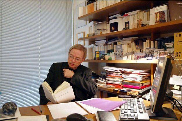 Paul Otchakovsky-Laurens dans son bureau à Paris, en 2004.