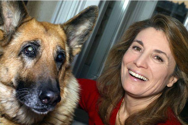 """Réha Hutin  avec Mabrouka, l'un des chiens emblématiques de """"30 millions d'amis""""."""
