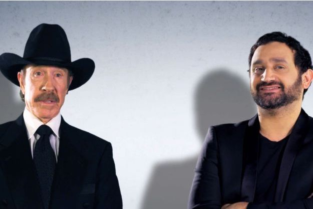 """Chuck Norris et Cyril Hanouna apparaissent côte à côte pour promouvoir l'émission """"Les pieds dans le plat» d'Europe 1."""