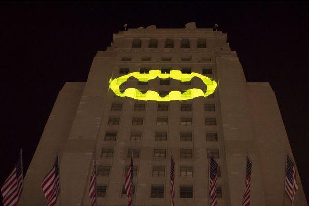 """""""Bat-signal"""" en hommage à Adam West, le jeudi 15 juin 2017."""