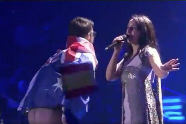 Une homme a fait irruption sur scène durant la prestation de Jamala pour montrer ses fesses.
