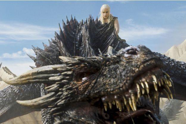 Daenerys Targaryen sur son dragon.