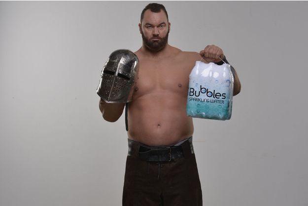 """Hafþór Júlíus Björnsson, La Montagne dans """"Game of Thrones"""", est en guerre contre les bouteilles en plastique avec Sodastream."""