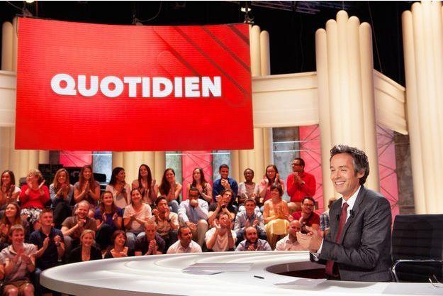 """Yann Barthès sur le plateau de """"Quotidien""""."""