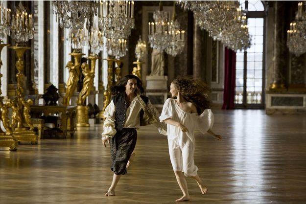 """L'acteur anglais George Blagden incarne le jeune Louis XIV dans """"Versailles""""."""