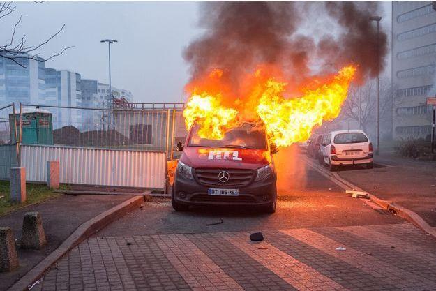 Le véhicule technique de RTL incendié à Bobigny, samedi.