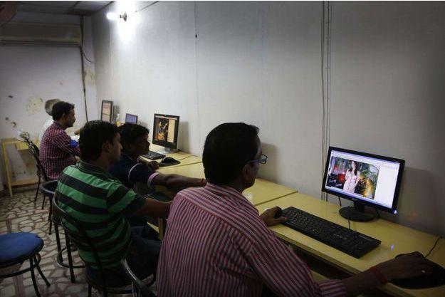 Des hommes dans un cybercafé à Allahabad (image d'illustration).