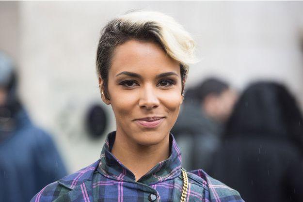 """Shy'm quitte le défilé de mode """"Véronique Leroy"""", à Paris, en mars 2017."""