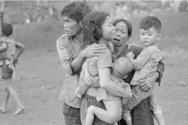 Juin 1965. Civils après une attaque des forces sud-vietnamiennes.