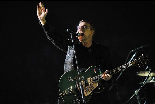 Bono à la guitare lors d'un concert de U2 à Zagreb, en Croatie, en 2009.