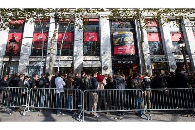 La file d'attente devant le Virgin Megastore de Paris.