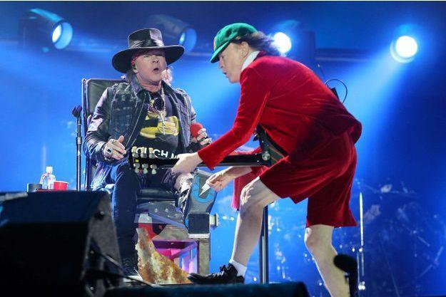 Axl Rose (assis) et Angus Young, samedi soir, à Lisbonne, pour le premier concert d'AC/DC nouvelle formule.