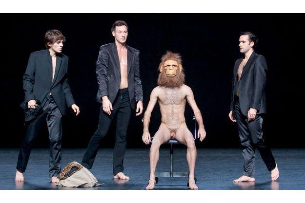 Dans le spectacle, on voit également un homme à tête de.... singe.