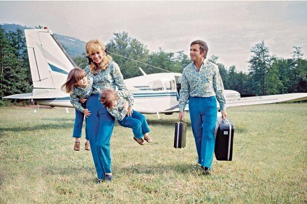 Eté 1966 : même uniforme pour Richard, Michelle et leurs filles, Nathalie et Johanne. Le chanteur pilote un Jodel monomoteur quatre places: «C'est moins cher qu'une voiture. Et tellement plus pratique!»