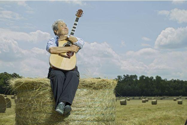 Dans les champs près de sa maison de Nangis en Seine-et-Marne, avec sa plus vieille maîtresse: sa guitare.