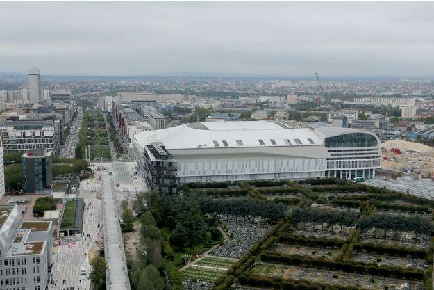 Vue de l'U Arena depuis la Grande Arche de la Défense.
