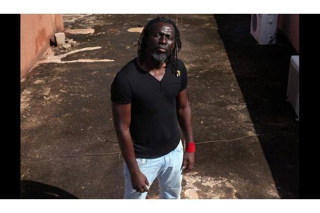Tiken Jah Fakoly chze lui à Bamako, au Mali.