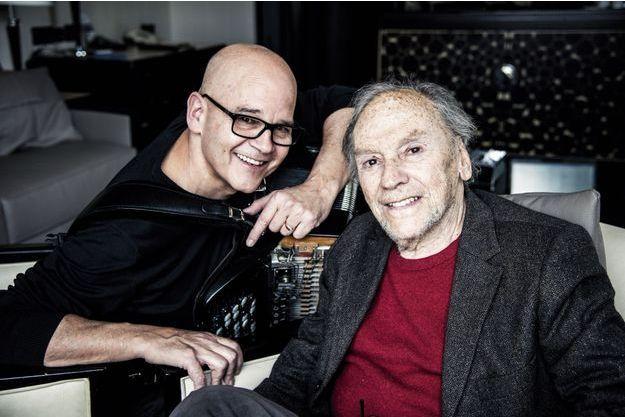 Le comédien au côté de l'accordéoniste de jazz Daniel Mille.