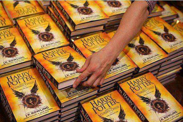 """La version papier de la pièce de théâtre """"Harry Potter et l'enfant maudit"""" est sortie en librairie samedi."""