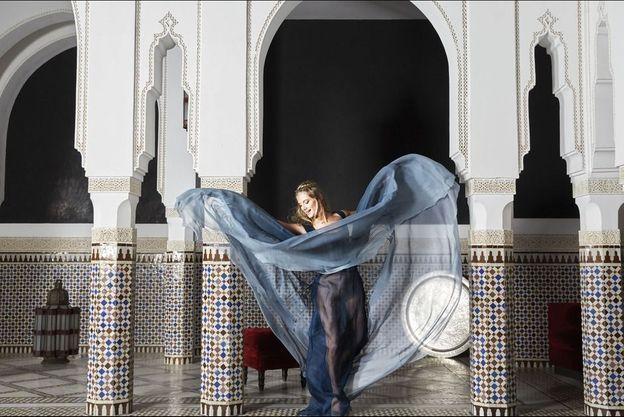 Danse des voiles pour Mélanie Laurent en Elie Saab dans le patio du restaurant marocain de La Mamounia.