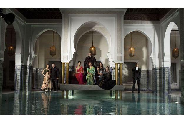 1erdécembre, au bord de la piscine intérieure de l'hôtel.  De g. à dr.: la danseuse Malaika Arora Khan, Rishi Kapoor. Debout, Amitabh Bachchan. Assises devant lui,  Sridevi, Sharmila Tagore, Tabu, l'actrice d'origine française Kalki Koechlin et Hrithik Roshan.