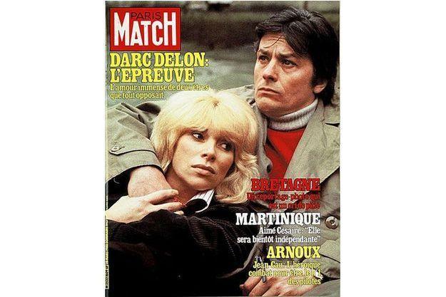 Mireille Darc et Alain Delon en couverture du Paris Match en 1980.